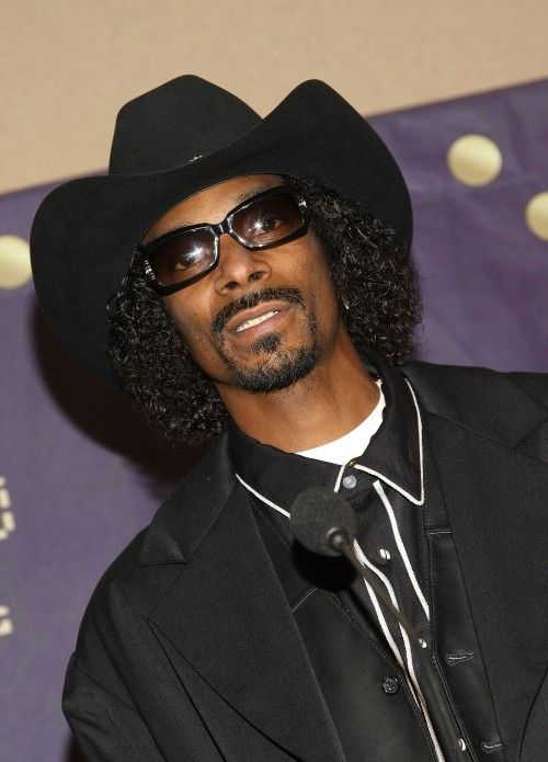 abc48147d84 Apparently Snoop Dogg felt it was his duty to wear a cowboy hat while  visiting with Willie Nelson backstage at a concert.