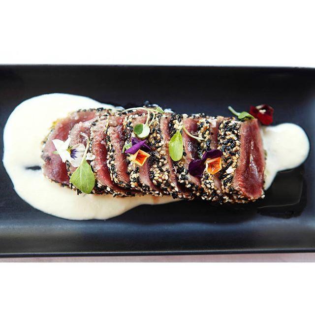 El nostre tataki de tonyina Blue Finn amb cremós de pinya i salsa Teriyaki ideal per aquest calorós dia d'agost! #CarlotaRestaurant by carlotarestaurant