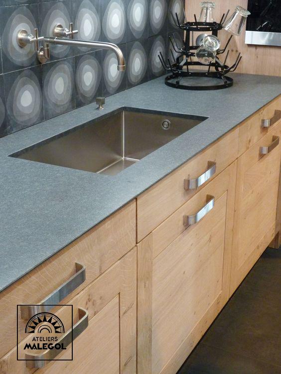 Atelier Culinaire Cuisine Chene Massif Clair Credence Carreaux De Ciment Plan De Travail Granit Cuisine Chene Robinet Mural Cuisine Poignee Meuble Cuisine