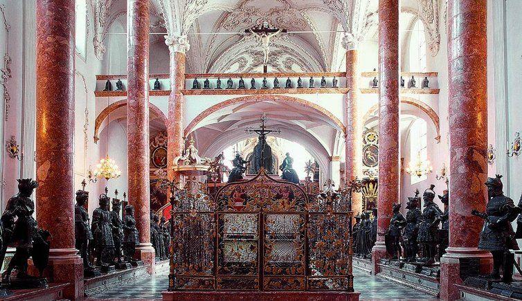 """innsbruck.  Duomo di San Jakob, monumento funebre dell'imperatore Massimiliano e i cosiddetti """"Uomini Neri"""""""