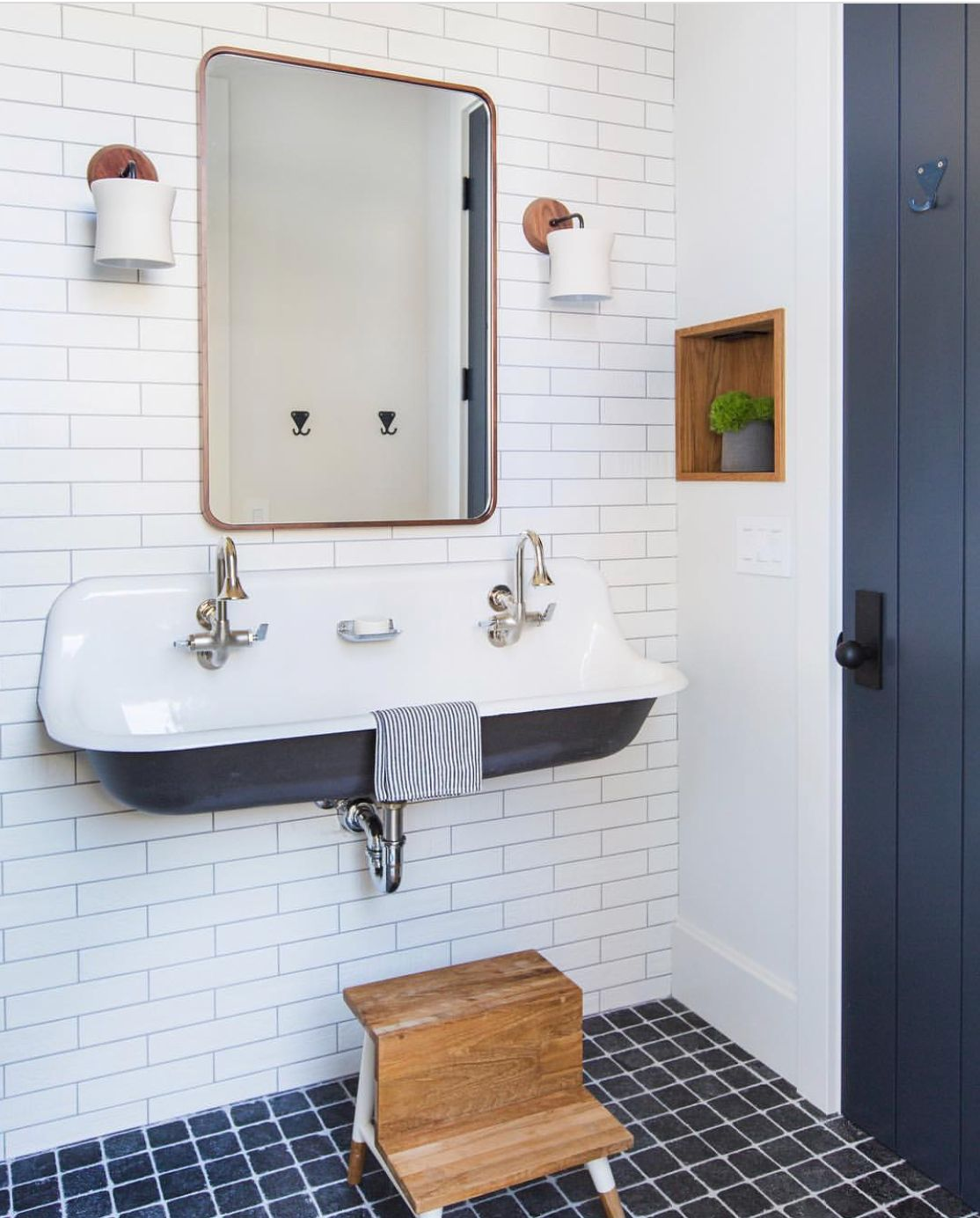 Pin By Carrie Huttenlocher On Bathrooms With Images Coastal