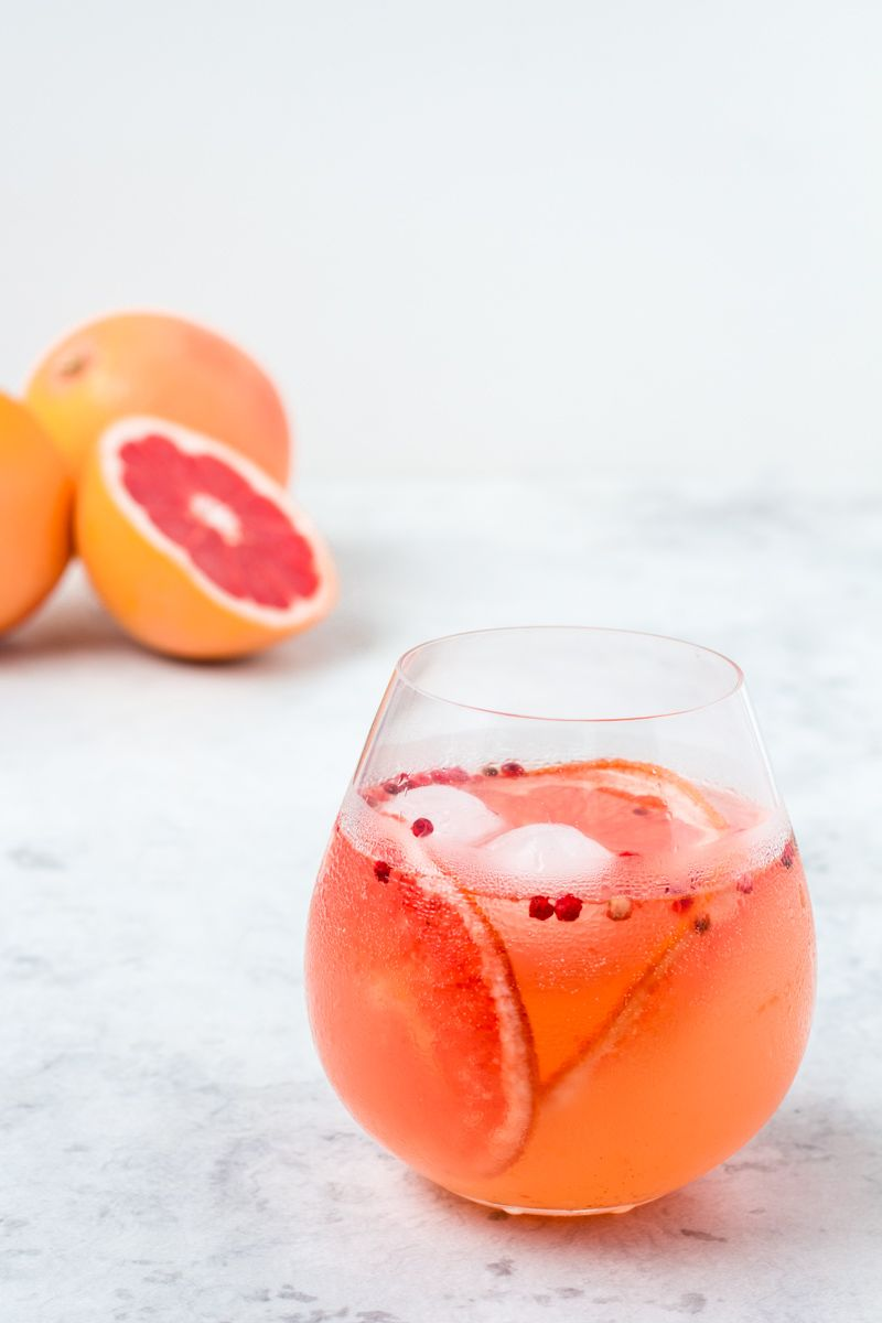 gin tonic mit pink grapefruit pfeffer sirup rezept lecker pinterest getr nke gin und lik r. Black Bedroom Furniture Sets. Home Design Ideas