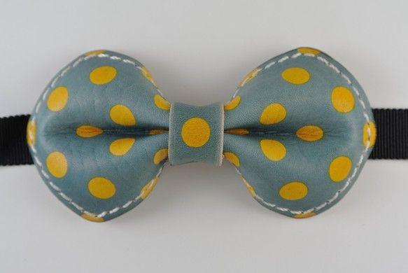 牛革の蝶ネクタイです。 サイズは横11×縦5.5になっています 染色により柄をつけています 基本的に色落ちは押さえられないものとされていますので ... ハンドメイド、手作り、手仕事品の通販・販売・購入ならCreema。