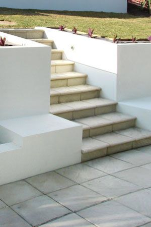 White Rendered Patio Wall Retaining Wall Backyard In 2019