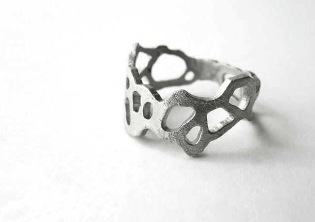 BAGUE MARGO joidart.com : Entrelacs de formes organiques se repliant sur soi-même. 2 finitions: argentée mate au rhodium, rayée à la main; métal mate doré au bain d'or rayé à la main.