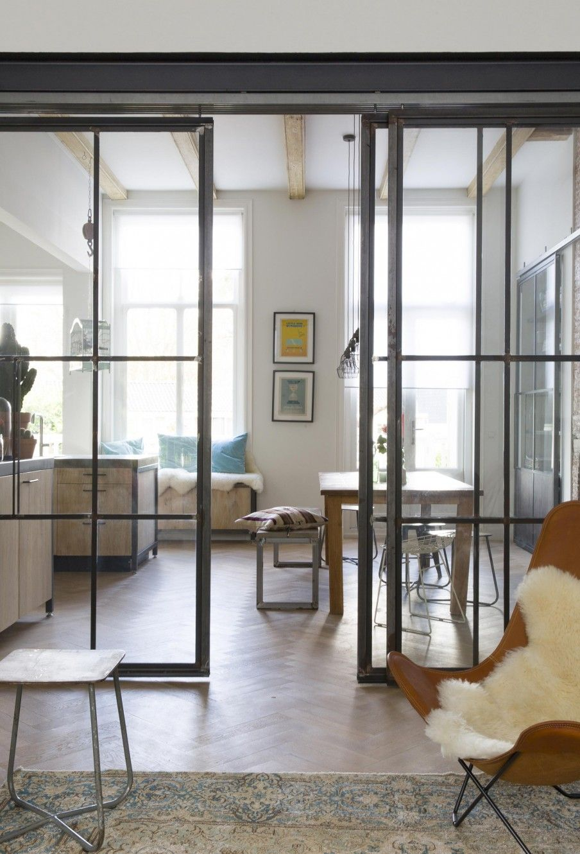 Woonkamer met deuren van glas en staal  Living room with