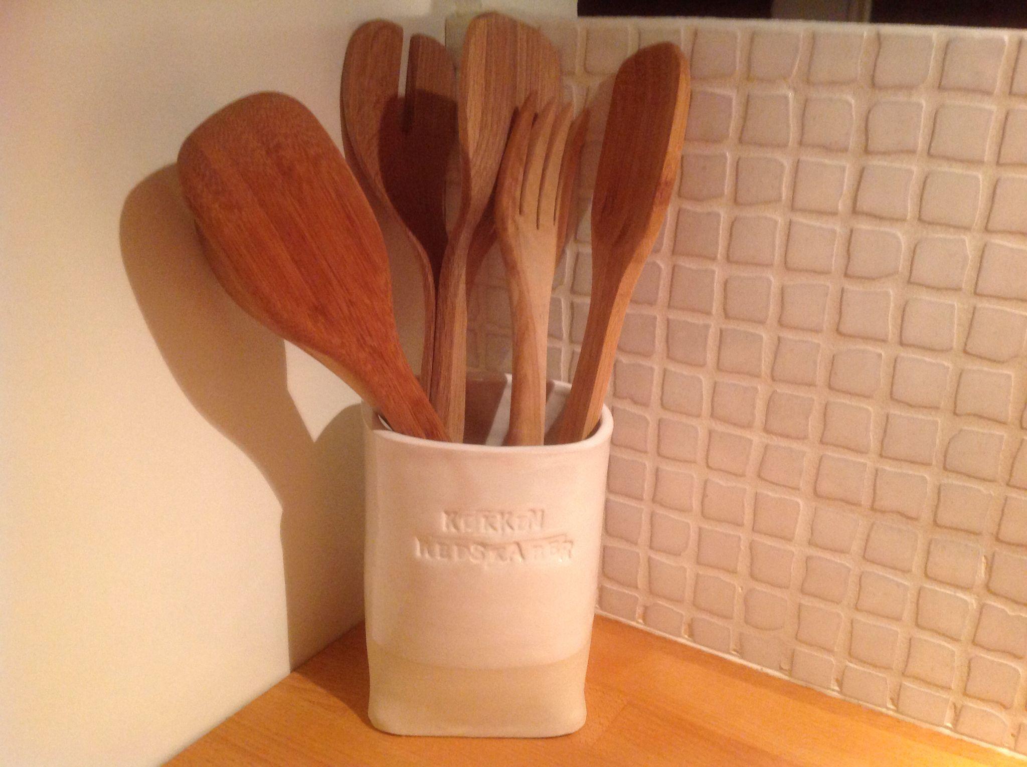 Krukke til køkkenredskaber i stentøjsler med hvid glasur