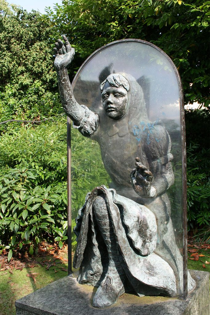 Alice through the looking glass sculpture by jeanne argent located in guildford s castle for Alice in wonderland garden statues
