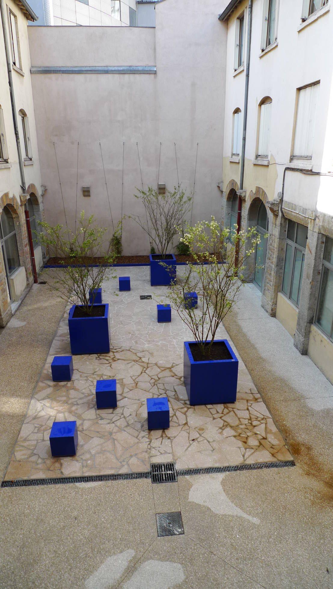 cour de l 39 p e lyon bleu majorelle by atelier du bocal paysagistes pinterest inspiration. Black Bedroom Furniture Sets. Home Design Ideas