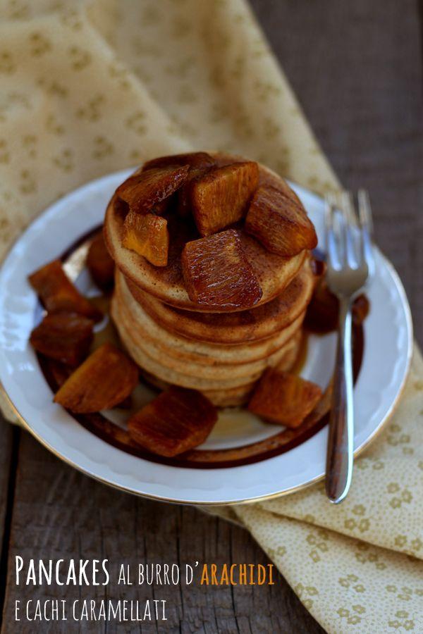 Pancakes al burro d'arachidi e cachi caramellati