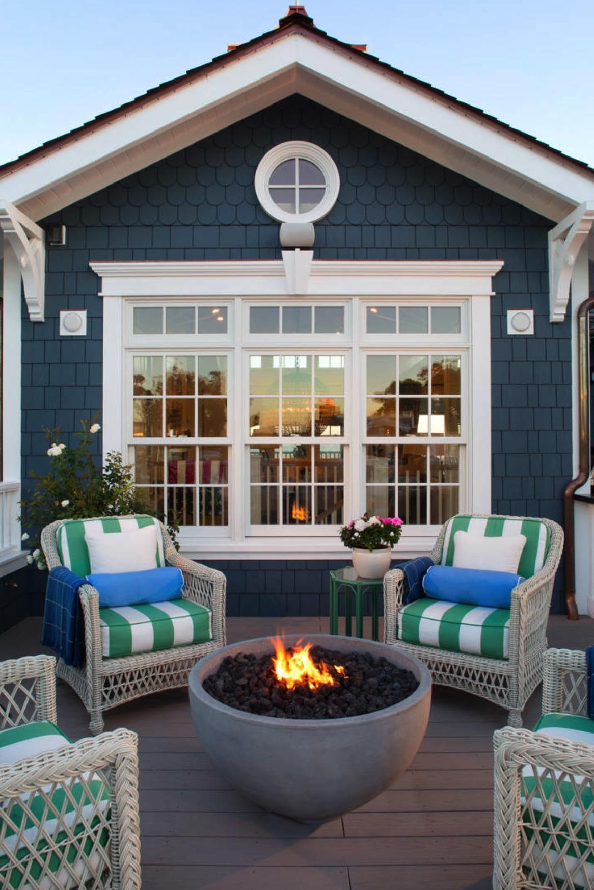 20 Beautiful Coastal Style Outdoor Design Ideas With A Fire Pit In 2020 Beach House Interior Beach House Exterior Beach House Decor