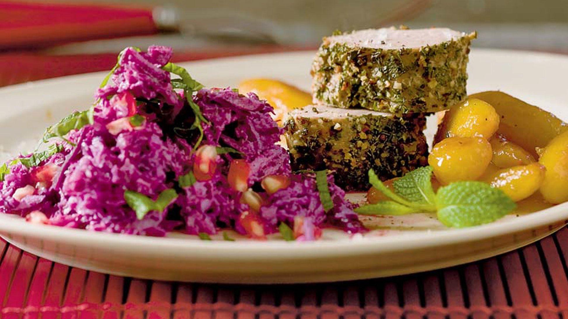 Mørbrad med rødkålssalat og brunede kartofler | SØNDAG