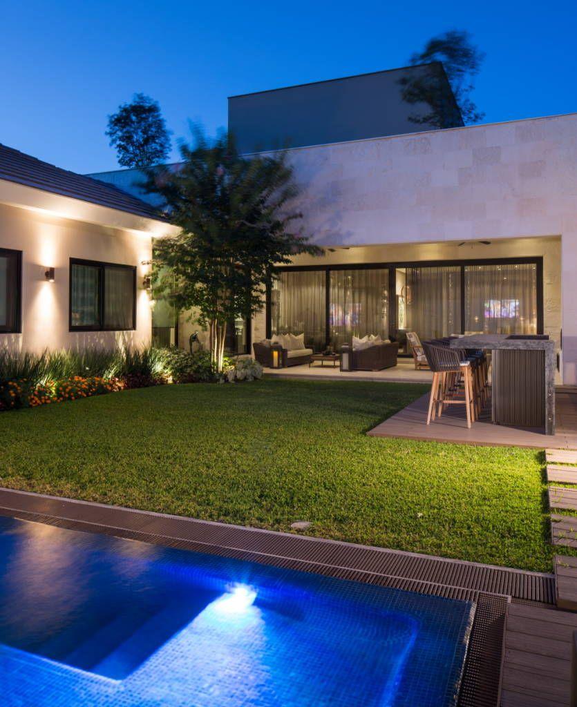Jard n jardines de estilo por rousseau arquitectos en for Casa moderna jardines