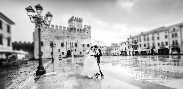 Wedding: Kiss in the rain