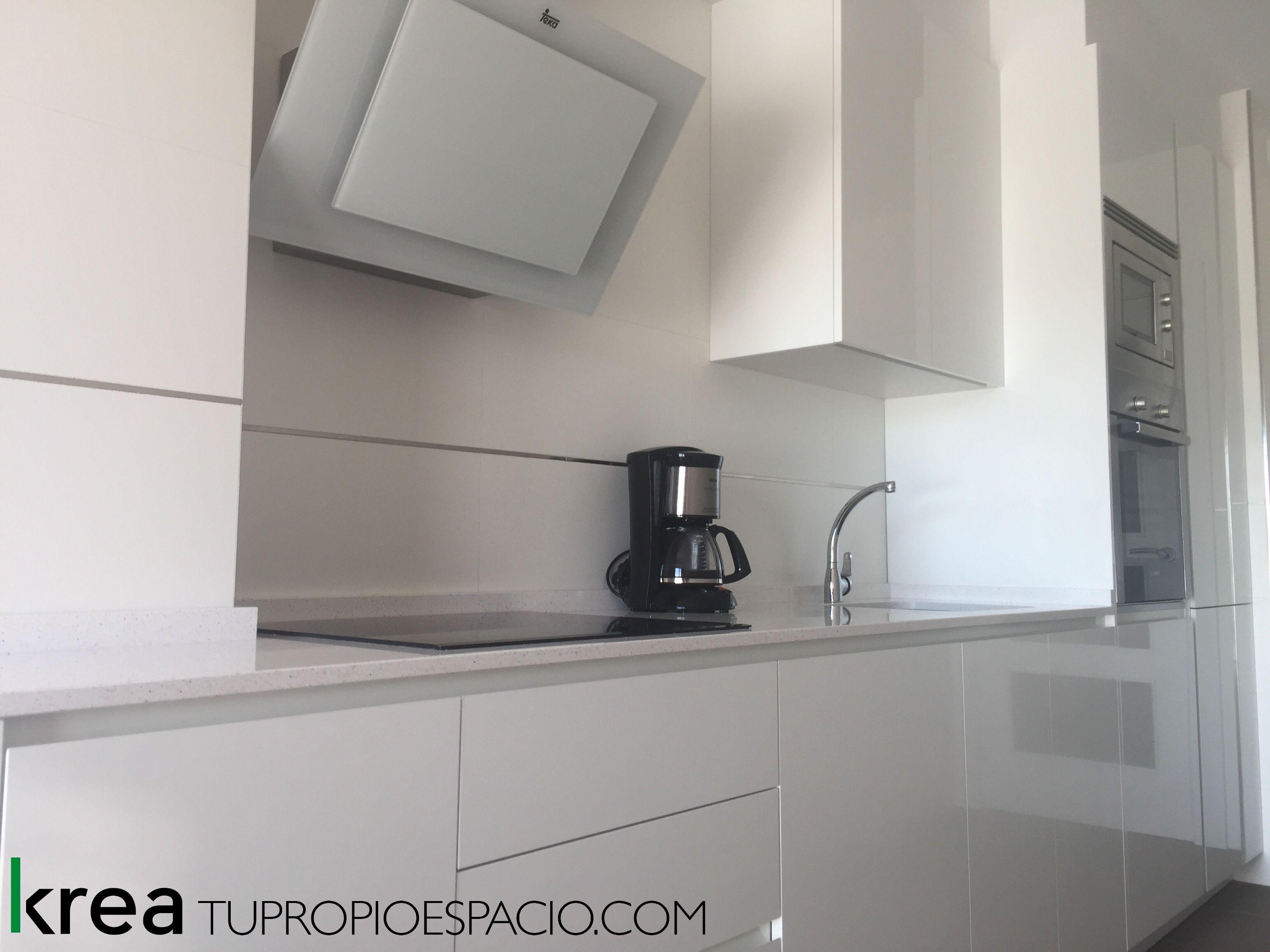 Nuevo Proyecto De Cocina Blanco Brillo Con Encimera Silestone Y Electrodomesticos Inox Campanas De Cristal Extractores De Cocina Campanas De Cocina
