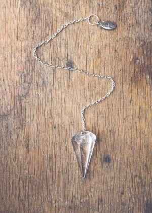 Usare il pendolo per controllare i chakra http://www.cavernacosmica.com/il-pendolo-come-capire-se-un-chakra-e-in-equilibrio/