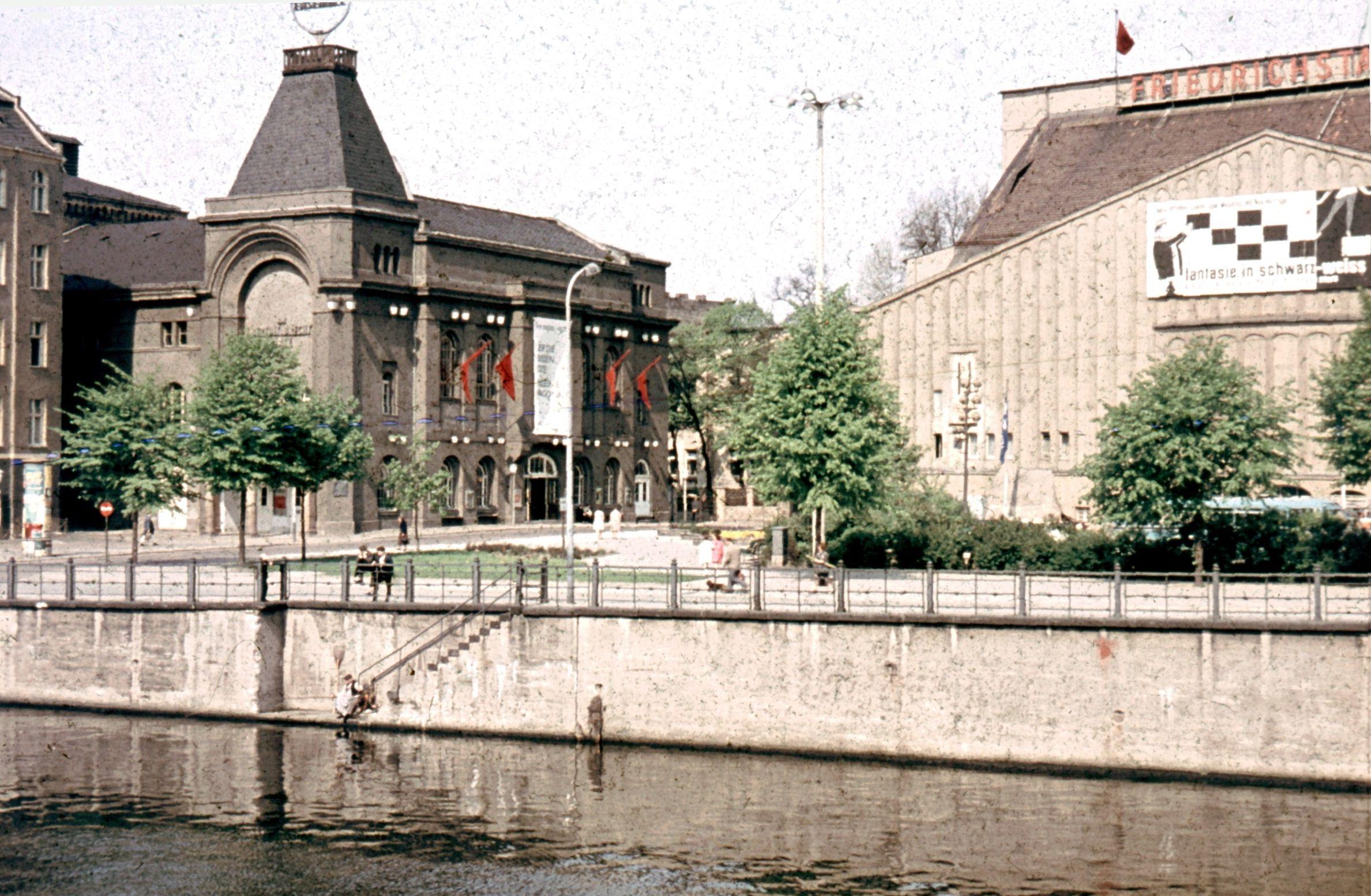 Der Friedrichstadtpalast, (Großes Schauspielhaus, rechts im Bild)), links das Berliner Ensemble, 1964