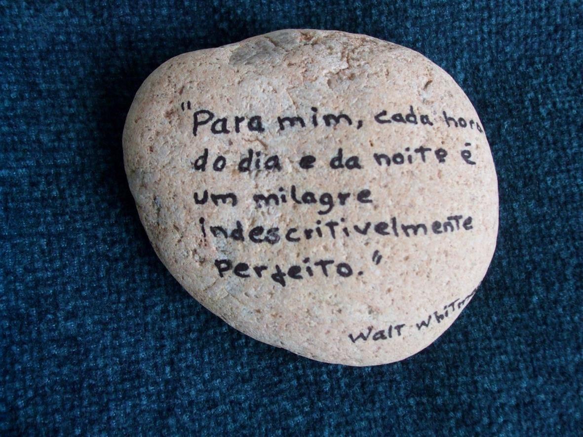 Pedras da praia escritas por mim.