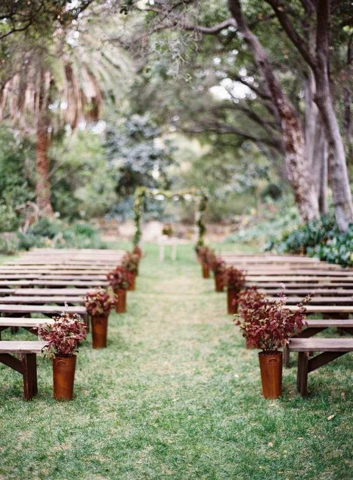 Romantische Hochzeit Im Garten Traualtar Und Sitzbänke Mit Blumen Dekorieren