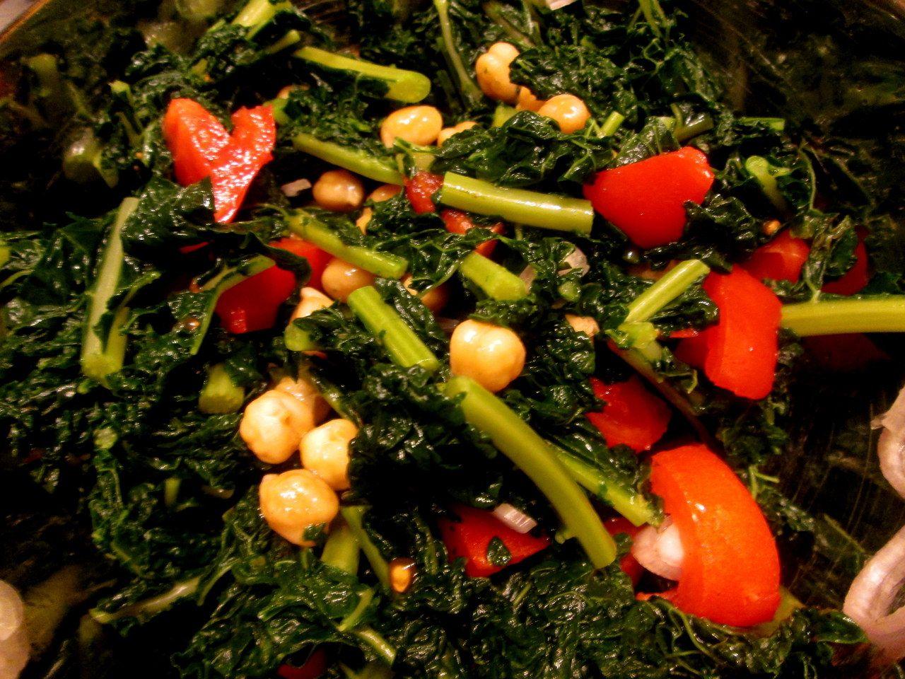 Un contorno o piatto unico tipicamente autunnale. Un modo diverso per gustare questo delizioso ortaggio!  http://blog.giallozafferano.it/cookingtime/insalata-cavolo-nero-ceci-pomodori/