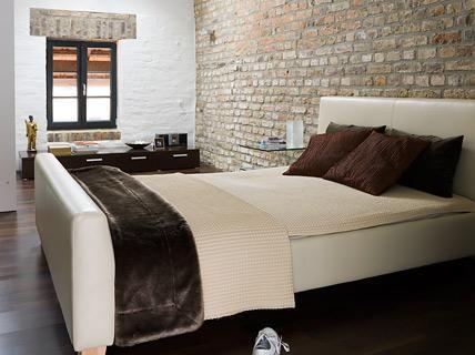 Bauernhof umgebaut zum Loft: Schlafzimmer mit Ziegelwand ...