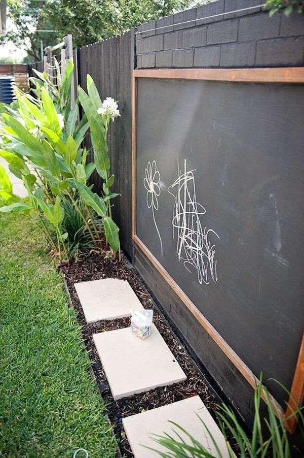 spielplatz f r kinder im garten kreidetafel an dem zaun befestigt familiengarten gestalten. Black Bedroom Furniture Sets. Home Design Ideas