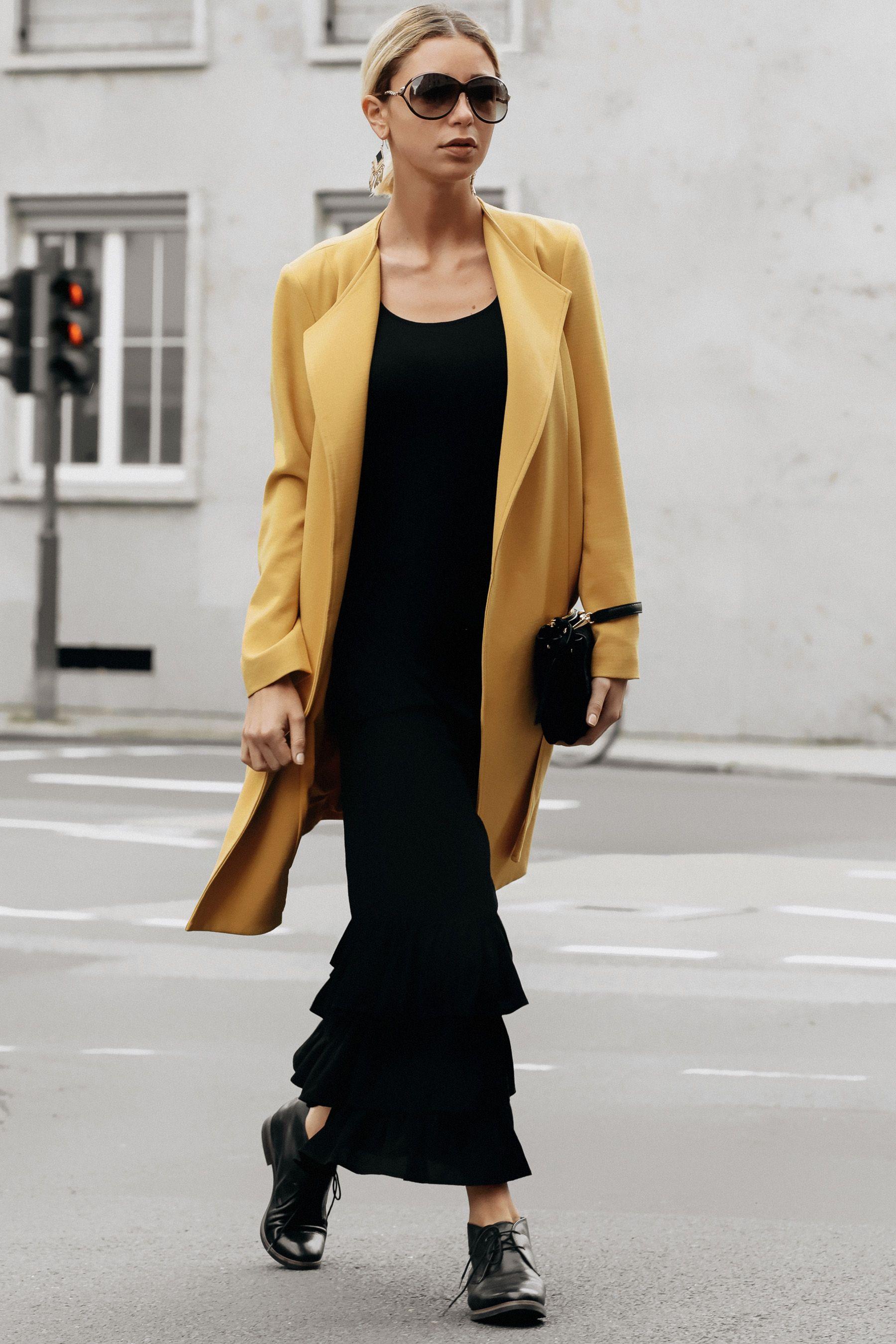 Between the seasons: 7 Outfit Ideen für den gelben Mantel