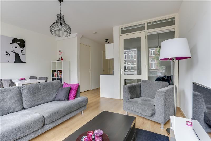 Startersappartement met een gezellige woonkamer en open keuken ...