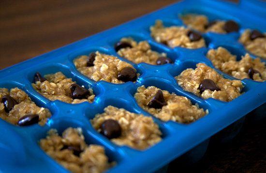 Gebruik je ijsbakje om deel uit zelfgemaakte koekjesdeeg. | 23 Genius Ways To Use An Ice Cube Tray