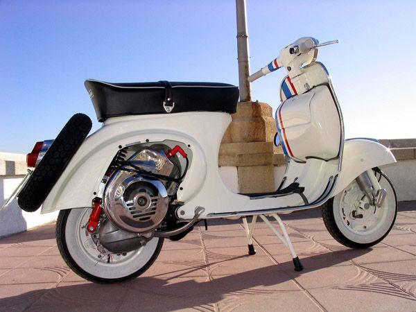 Vespa restaurada y decorada al estilo de Herbie, el Volkswagen escarabajo de la película de Disney.
