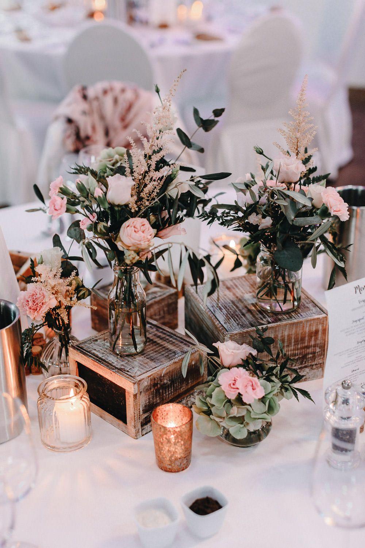 Wunderschone Vintage Hochzeitsdeko Mit Zarten Rosa Blumen Und Holzkistchen Im Kastanie Hochzeitsdeko Tischdekoration Hochzeit Blumen Tischdeko Hochzeit Vintage