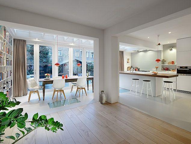 Combinatie hout + gietvloer maar ook zuil met hoek, boekenrek en dakvensters voor natuurlijke lichtinval
