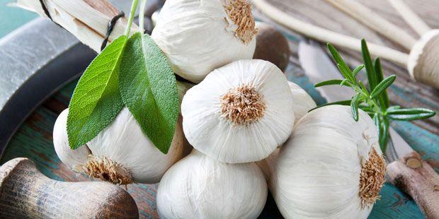 Eine Studie mit Herzinfarkt-Patienten zeigt: Wer regelmäßig Knoblauch isst, verringert das Risiko eines zweiten Infarkts um die Hälfte. Denn die Knolle senkt den Cholesterol-Spiegel, schützt die Gefäße vor Ablagerungen und normalisiert einen hohen Blutdruck. Tipp: Empfohlen werden ein bis zwei Zehen täglich. Wer den Geschmack oder Geruch nicht mag, kann auf Öl oder Pulver aus der Apotheke zurückgreifen.