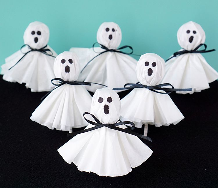 These coffee filter ghost lollipops are a cute and easy twist on classic kleenex tissue ghosts. A nostalgic and fun Halloween treat!