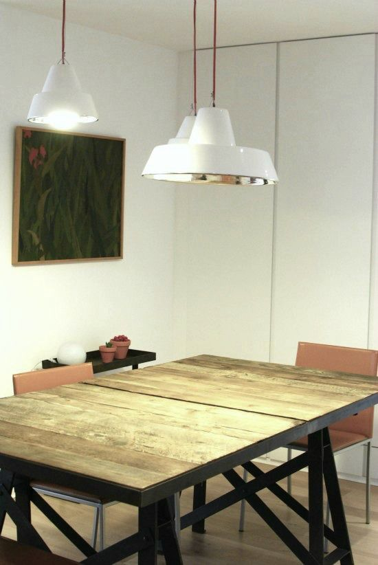 mesa y lmparas de estilo industrial
