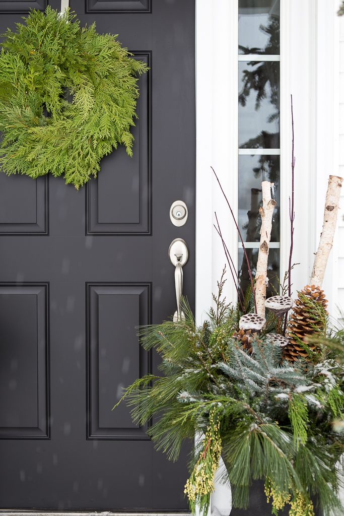 Christmas porch, black door, and winter urns navidad exterior - decoracion navidea para exteriores de casas