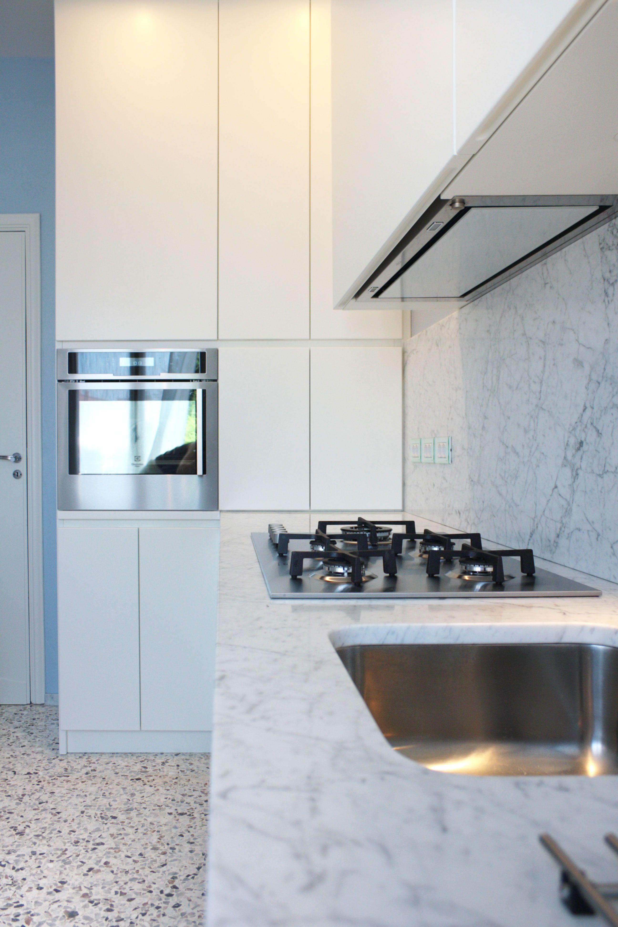 Nuova cucina in legno laccato bianco opaco top e alzata in marmo bianco carrara la - Cucina laccato bianco ...