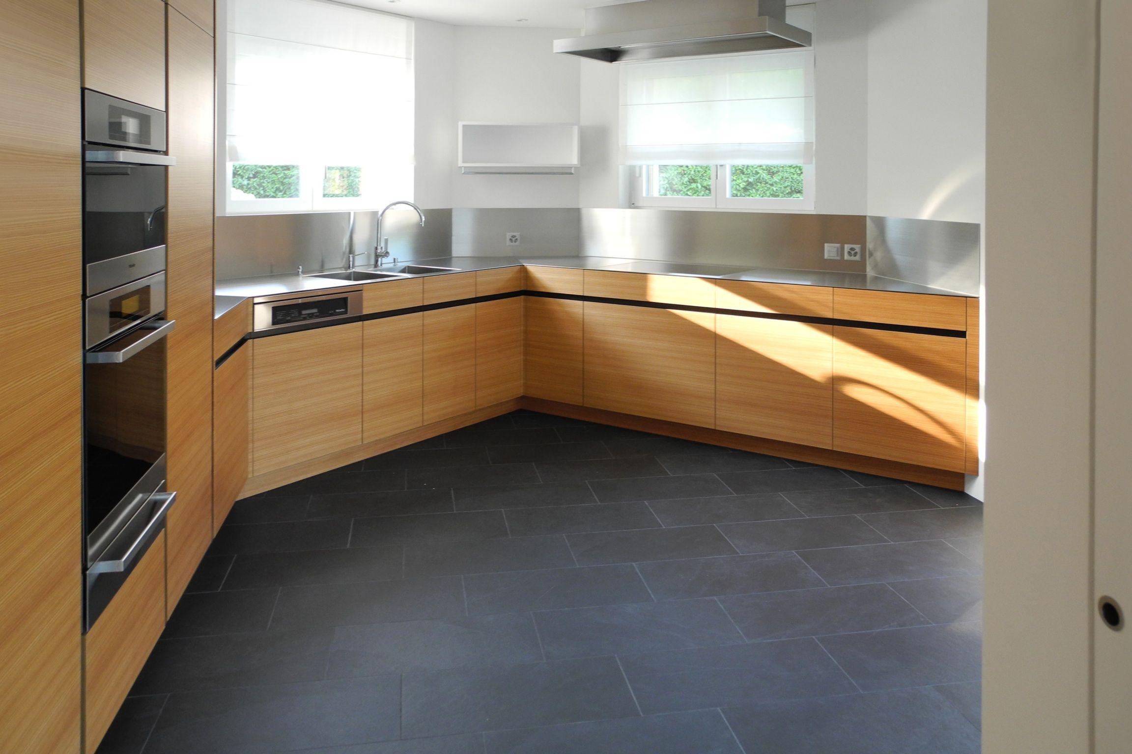 Küche mit Edelstahlabdeckung, Fronten in Lärche horizontal ...