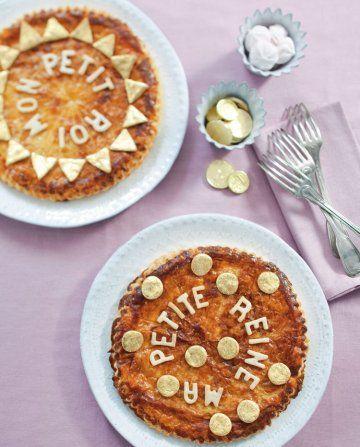 Des galettes décorées de lettres et pièces d'or / King cake decorated with letters and golden coins