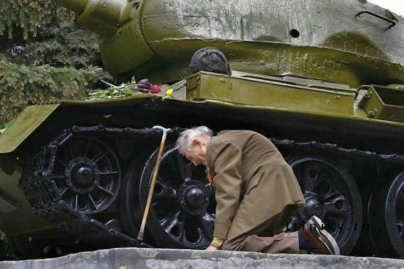 Veteran near the tank T34-85, in which he fought in the World War II