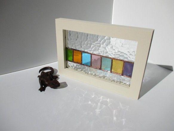 昭和40年代に作られたレトロな「石目ガラス」という透明型ガラスの中央に7色の板ガラスを一列に並べました石目ガラスのキラキラプリズムに6色のカラフルカラー☆どち...|ハンドメイド、手作り、手仕事品の通販・販売・購入ならCreema。