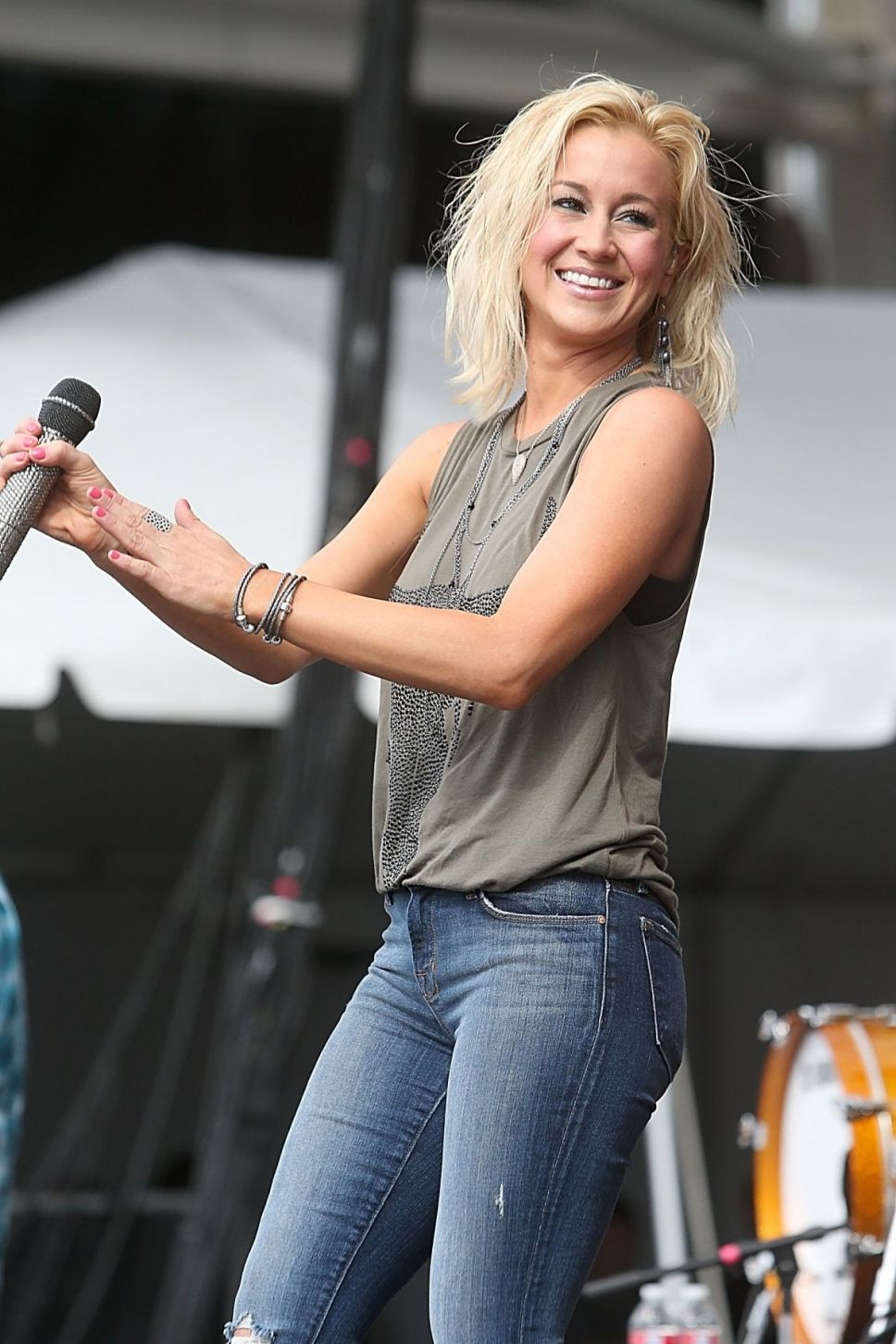women in american country music Some of the biggest selling and most popular singers in country music are women with their heartfelt lyrics, strong vocal range, and magnetic personalities, these female country singers are many country music fans' favorite vocalists.
