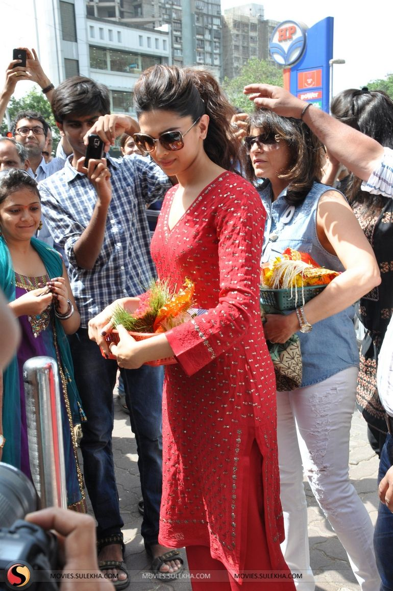 Page 1 of Deepika Padukone at Siddhivinayak Temple ...