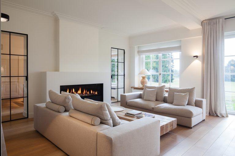 Luxe meubels in woonkamer ontwerp met open haarda - Interieur ...