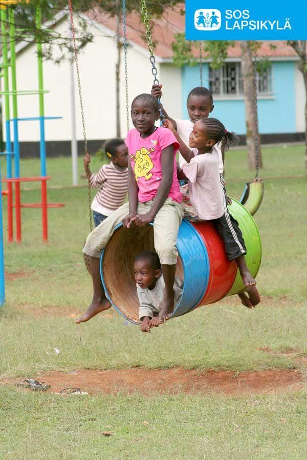 Tynnyristä voi tehdä tunnelikeinun. Lapset kiikkumassa kenialaisessa SOS-lapsikylässä. #Leikki #Lapset #SOS-Lapsikylä #Kenia