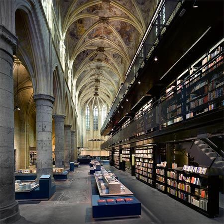 Maastricht, Selexyz Dominicanen Bookstore, che lo studio Merkx+Girod ha progettato per il colosso olandese Boekhandels Groep Nederland (BGN).