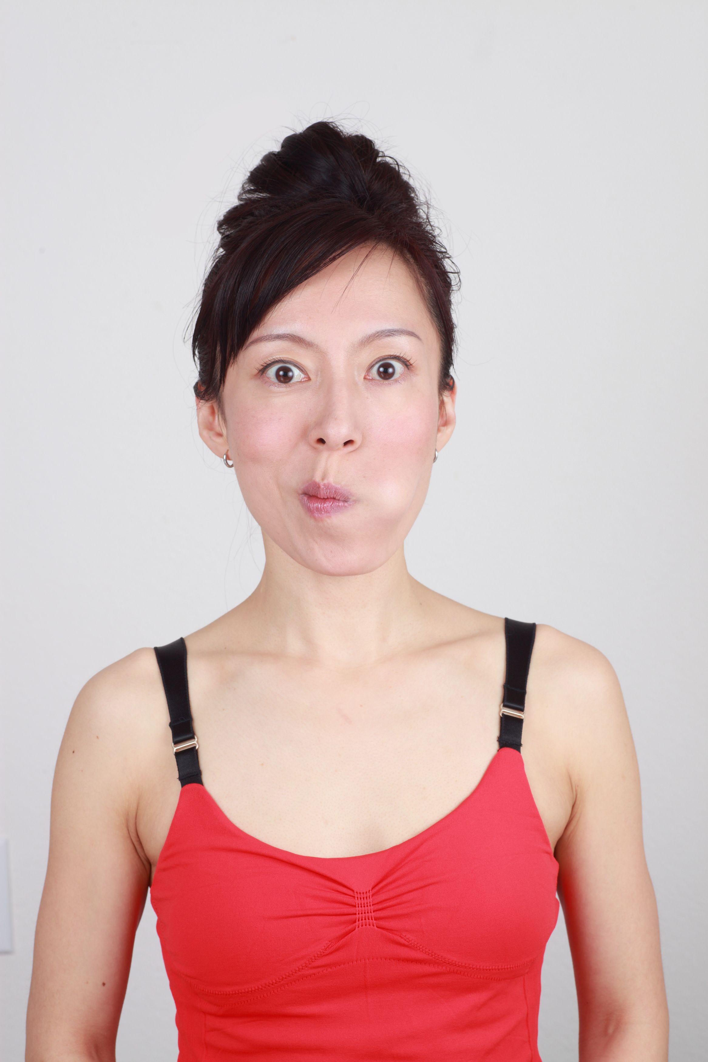 5 Benefits of Facial Yoga (Plus 2 Facial Yoga Poses to Try)