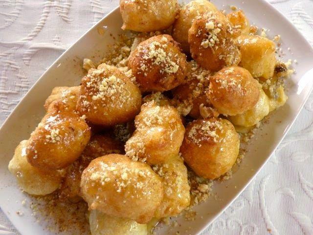 Griechische Hefebällchen mit Honigsirup, Walnüssen und Zimt ...