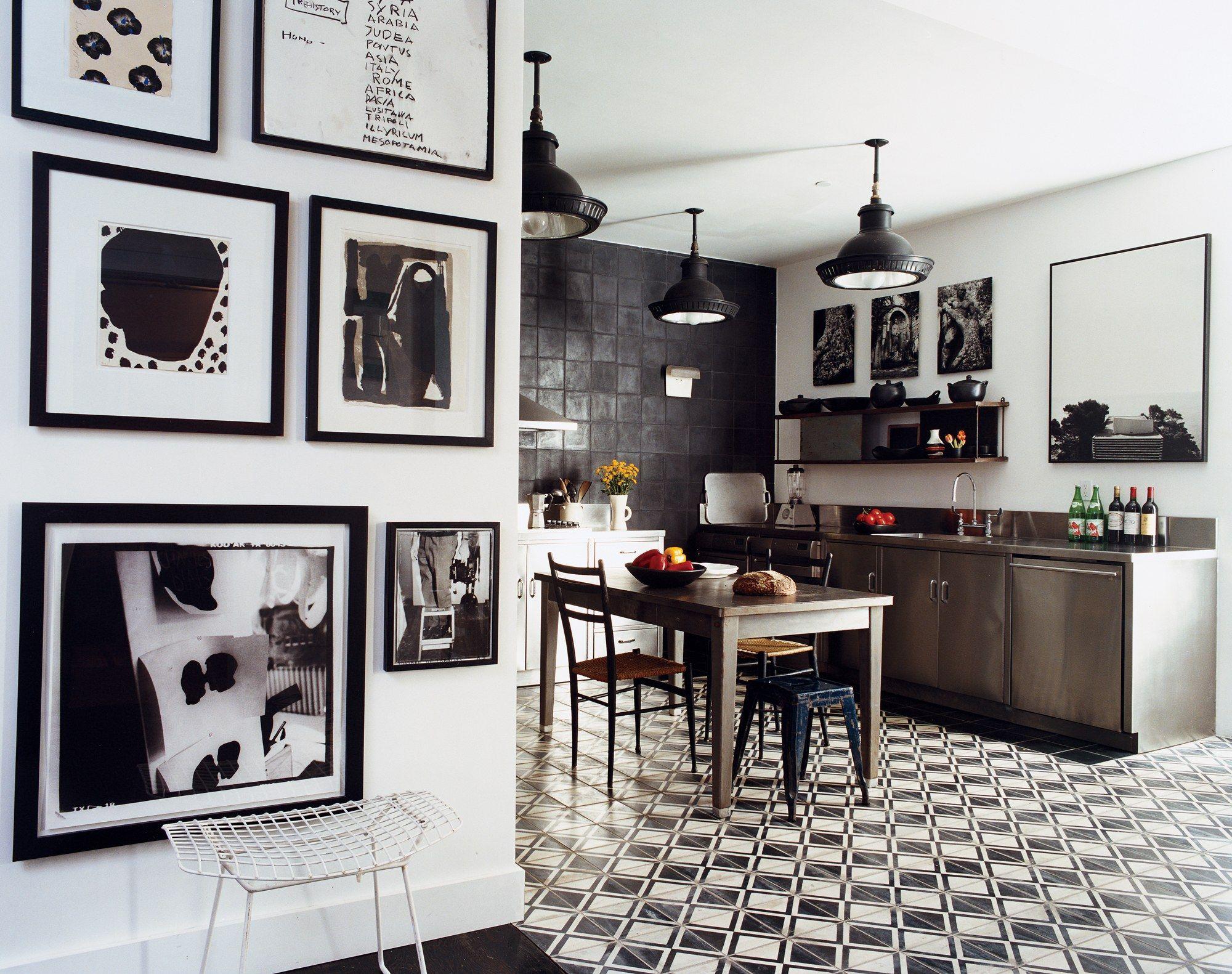 Черно белые постеры на кухне фото