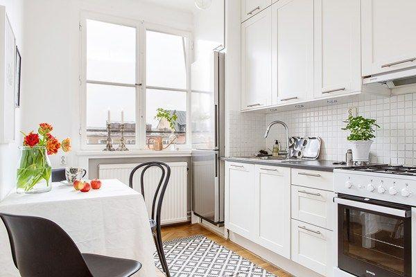 Stilrent kök i klassiskt vitt
